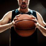 vista-silueta-jugador-baloncesto-baloncesto-pared-negra_155003-8046