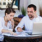 companeros-trabajo-hombres-mujeres-trabajando-juntos-problema-dificil-cafe-al-aire-libre-tienen-expresion-tensa-sus-caras_160360-1025 (1)