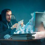 young-destaco-apuesto-hombre-negocios-trabajando-escritorio-oficina-moderna-gritando-pantalla-portatil-enojado-spam_155003-3684
